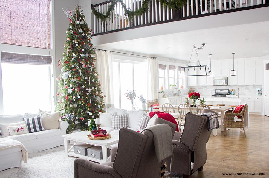 farmhouse-at-christmas